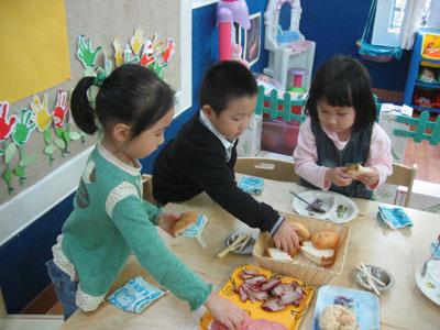 夹夹乐:西方饮食文化之旅 近日,乌南幼儿园进行了一次夹夹乐的西方美食之旅。为了让用惯了勺子、碗,吃惯了浓油赤酱的美味菜肴的中国孩子,能了解西方饮食文化,感受独特的用餐礼仪。设计了这次以三明治为主食的夹夹乐活动。老师们准备了精美的PPT,让孩子们欣赏西方人用的餐具、美味的三明治图片及制作流程。